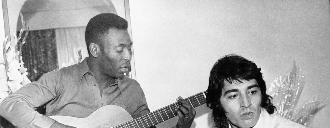La leyenda viva del fútbol, el brasileño Pelé, ha demostrado que tiene muchos más talentos aparte de las enormes habilidades con el balón que mostró en su carrera. En 1969, grabó un EP titulado \