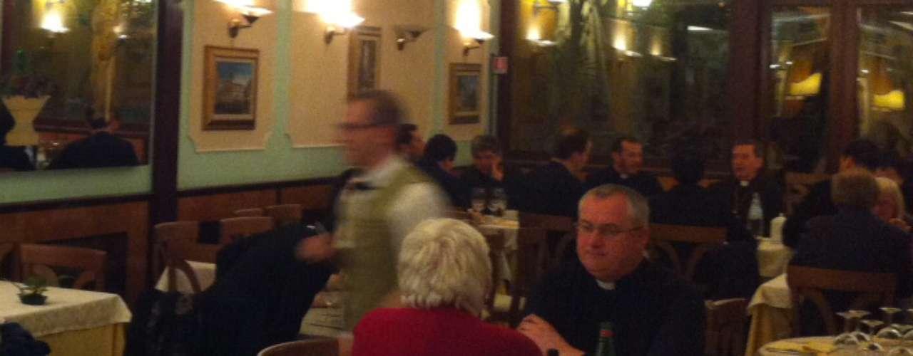 El restaurante reserva una sala exclusivamente para los miembros de la Curia. El ambiente tiene una decoración diferente, supuestamente más sobria y elegante. Era allí donde el cardenal Joseph Ratzinger se sentaba.