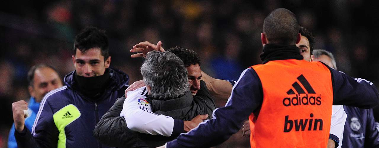 Y el gol de Varane generó el momento más emotivo del encuentro, en el que Mou buscó al francés para abrazarlo y celebrar la anotación.
