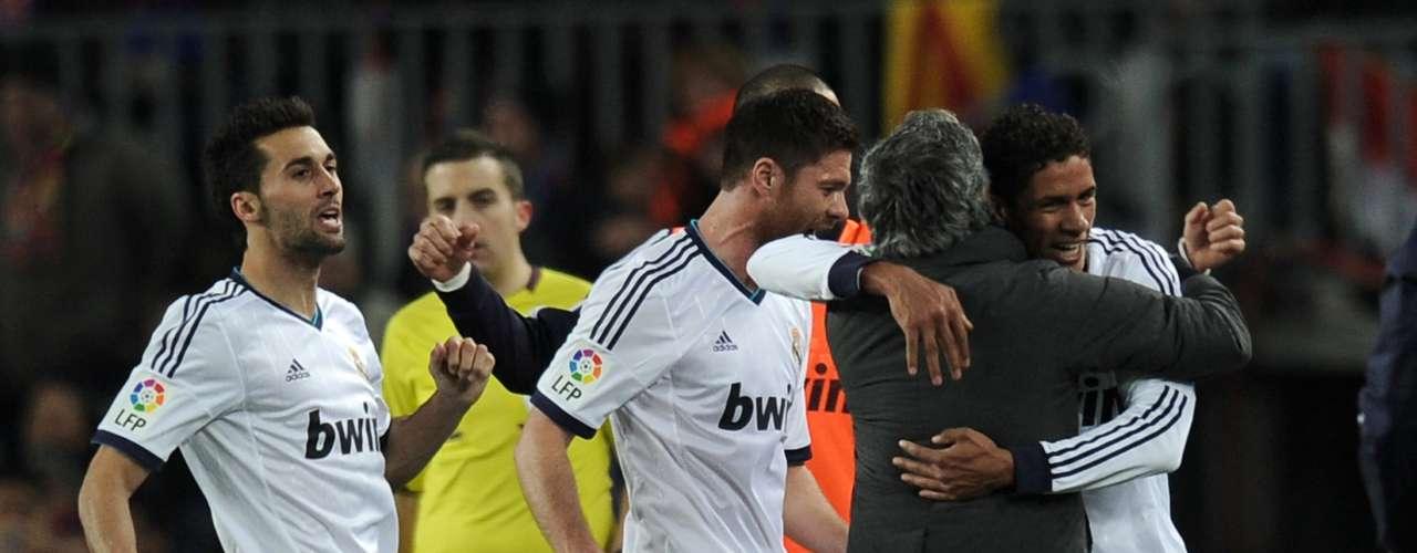 Como suele suceder con los Clásicos, Real Madrid y Barcelona nos dejaron un mar de goles y emociones en la contundente clasificación merengue a la final de la Copa del Rey. Terra te trae todo que no viste de la victoria madridista 3-1 en la casa culé.