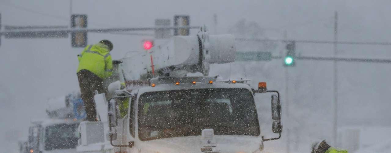 La tormenta, que avanza a lo largo de una franja que va del suroeste al noreste de la parte central de Estados Unidos, comenzó a afectar la madrugada de este martes a la ciudad de Wichita, en Kansas.