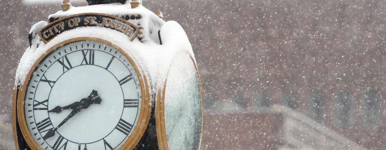 De acuerdo con el NWS, la tormenta provocará este martes fuertes nevadas desde el centro y norte de Missouri hacia el centro y el noreste de Illinois, incluyendo el área de Chicago.