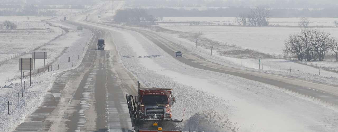 La poderosa tormenta invernal se desplazaba este martes en dirección a Chicago, amenazando con obstaculizar el tránsito por la ciudad en la hora punta con fuertes nevadas y vientos, y dejando a casi toda la región de los Grandes Llanos cubierta de nieve.