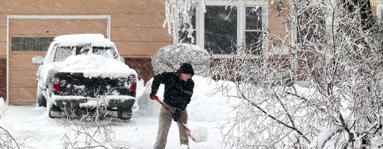 Las autoridades dieron a conocer que más de 80 mil hogares en esta región se quedaron sin electricidad y fue obligado el cierre de carreteras y la cancelación de cientos de vuelos. Además reportaron tres muertes atribuidas a la tormenta de nieve y a las fuertes ráfagas de viento.