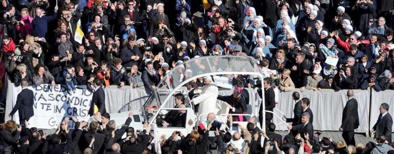 Aclamado por una muchedumbre, el papa Benedicto XVI ingresó este miércoles a bordo de su papamóvil a la Plaza de San Pedro para presidir la última audiencia pública de su pontificado a la que asisten miles de fieles de todo el mundo. Benedicto XVI pidió hoy, hablando en español, que recen por él y por los cardenales, \