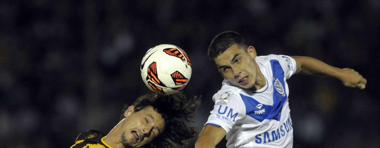 Aguirregaray de Peñarol (izq.) y Bella lucharon en todo lo alto para mantener el balón en su poder.