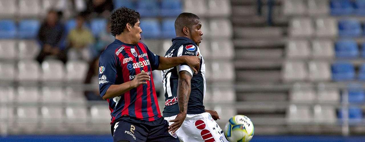 Christian Suárez elude la marca de Erick Pimentel del Atlante.