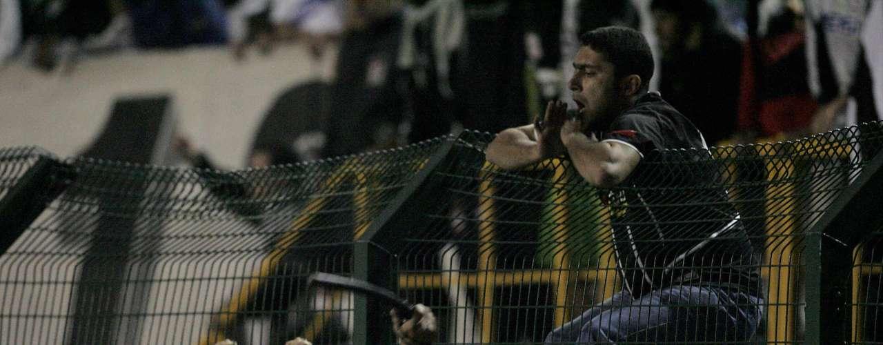 El escándalo empezó cuando los hinchas del Corinthians empezaron una fuerte batalla con la policía local, puesto que querían entrar hasta la cancha para agredir a los futbolistas argentinos. El duelo concluyó seis minutos antes debido a estos incidentes, y los brasileños quedaron eliminados en medio de un bochornoso incidente de falta de seguridad.