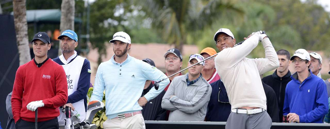 Tiger Woods (R) of the U.S. hits the ball at the 12th tee along with Martin Kaymer (L) of Germany and Dustin Johnson of the U.S. during first round play in the Honda Classic PGA golf tournament in Palm Beach Gardens, Florida February 28, 2013.
