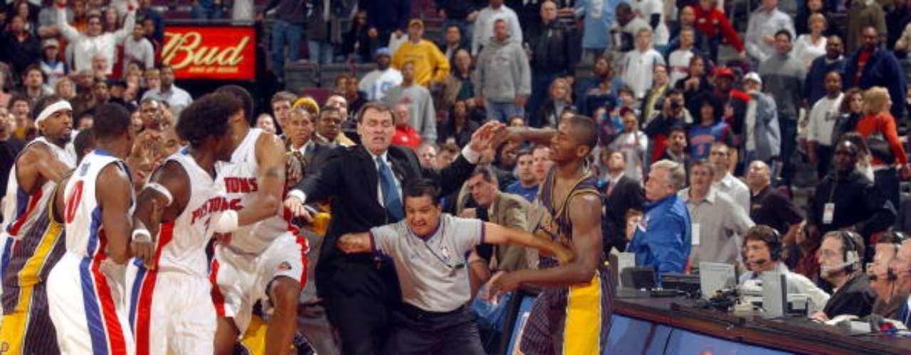 El 19 de noviembre de 2004, la NBA vivió una de las peleas más vergonzosas de su historia, que fue protagonizada por Ben Wallace y Metta World Peace, en ese entonces conocido como Ron Artest, quien terminó peleando con los aficionados de los Pistons de Detroit, después de que lo golpearan con un objeto, lo que lo llevó a ser suspendido por 85 partidos, un récord en la historia de la liga.