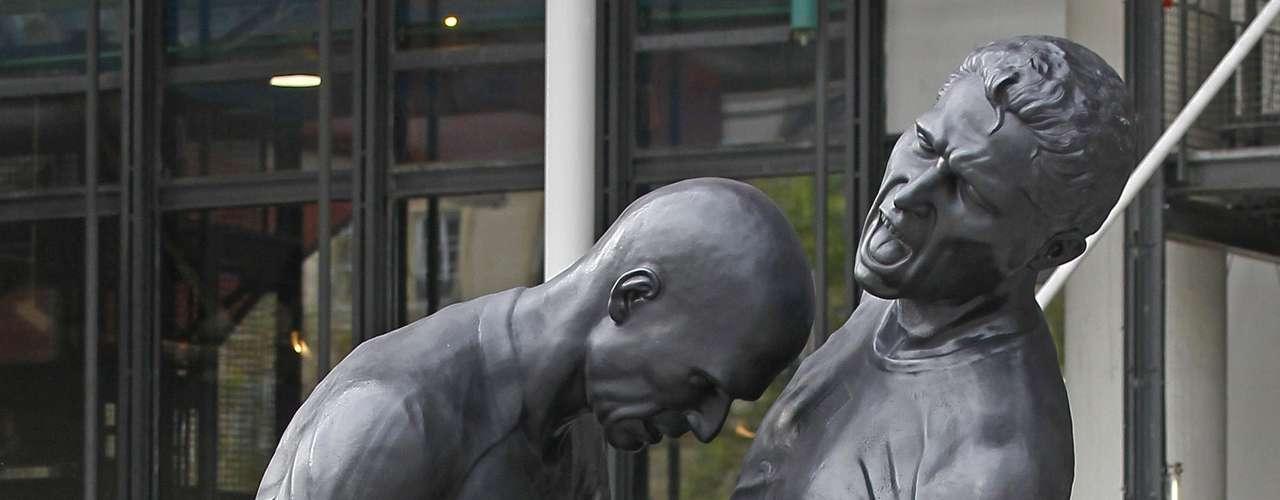 El asistente del árbitro observó el cabezazo, advirtiendo al árbitro Horacio Elizondo, el cual expulsó a Zidane, con roja directa. Lo más triste para el francés, es que ese era su último partido como jugador profesional, por lo no fue la mejor manera de acabar su carrera futbolística. El cabezazo fue inmortalizado en una escultura del artista Adel Abdessemed.