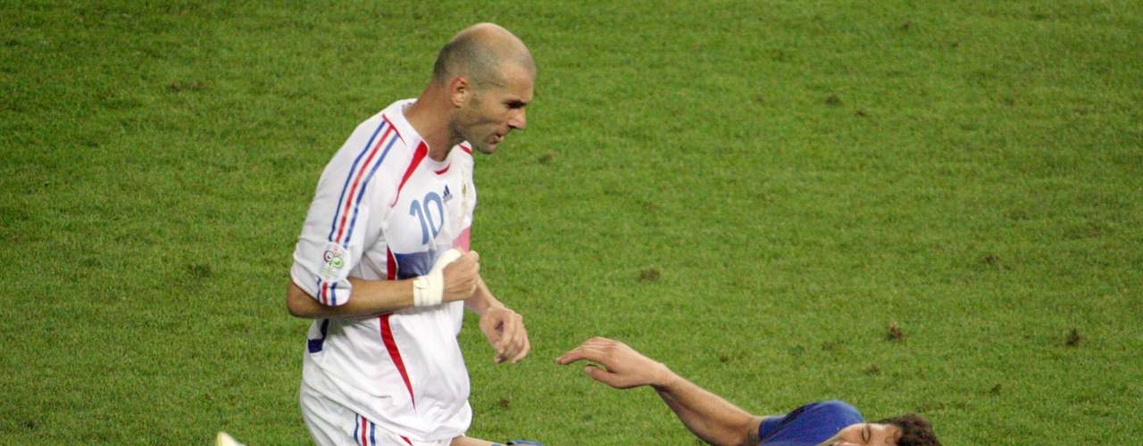 El 9 de julio de 2006, en la final de la Copa Mundial Alemania 2006, el mediocampista francés Zinedine Zidane y el defensa italiano Marco Materazzi protagonizaron uno de los momentos más bochornosos en la historia de los mundiales. A los 5 minutos del segundo tiempo suplementario, cuando el partido iba 1-1, Zidane le propinó un cabezazo a Materazzi en el pecho, luego de que el italiano lo insultara en varias ocasiones.