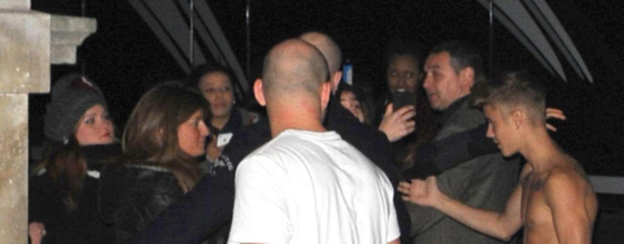 Como un simple mortal más, Justin Bieber ha celebrado su 19 cumpleaños rodeado de amigos, aunque para una estrellamusical de su categoríael concepto 'normal' queda muy lejos de la realidad. El artistacomenzó con la celebración pasadas las tres de la madrugada de la noche del juevestras finalizar su concierto en Birmingham y lo hizo de una manera muy especial: sin Selena, semidesnudo y rodeado de seguidores.
