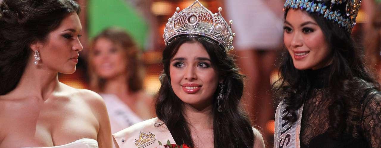 Al momento de su elección, la nueva soberana tuvo el honor de recibir la banda de su país de Miss Mundo y las flores de Miss Universo, algo nunca antes visto.