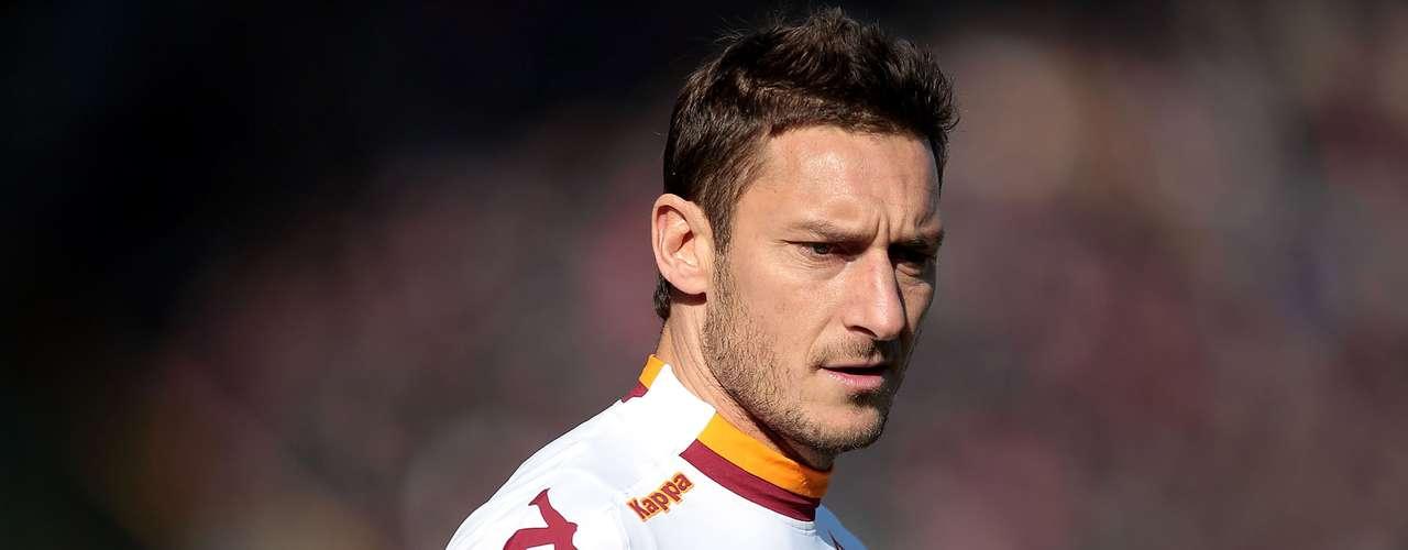 Otro de los guapos veteranos en este listado es el leal capitán de la Roma, el italiano Francesco Totti.