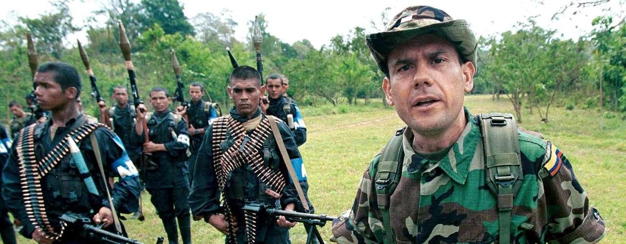 Se consolidó como líder paramilitar al tomar el mando de las Autodefensas Campesinas de Córdoba y Urabá (ACCU) después de la muerte de su hermano Fidel Castaño en 1994. A partir de esta estructura de extrema derecha se consolidaron las Auc.