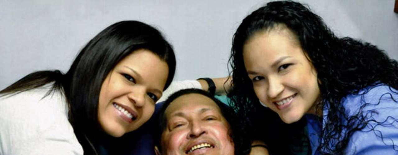 Esta es unade las últimas imágenes tomadasa Hugo Chávez con vida. Tuvo lugaren el hospital de La Habana donde fue operado junto a sus hijas.