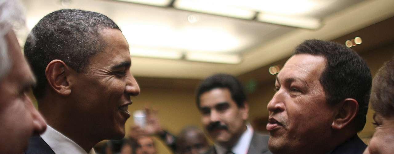 Hugo Chávez saluda al presidente de Estados Unidos, Barack Obama