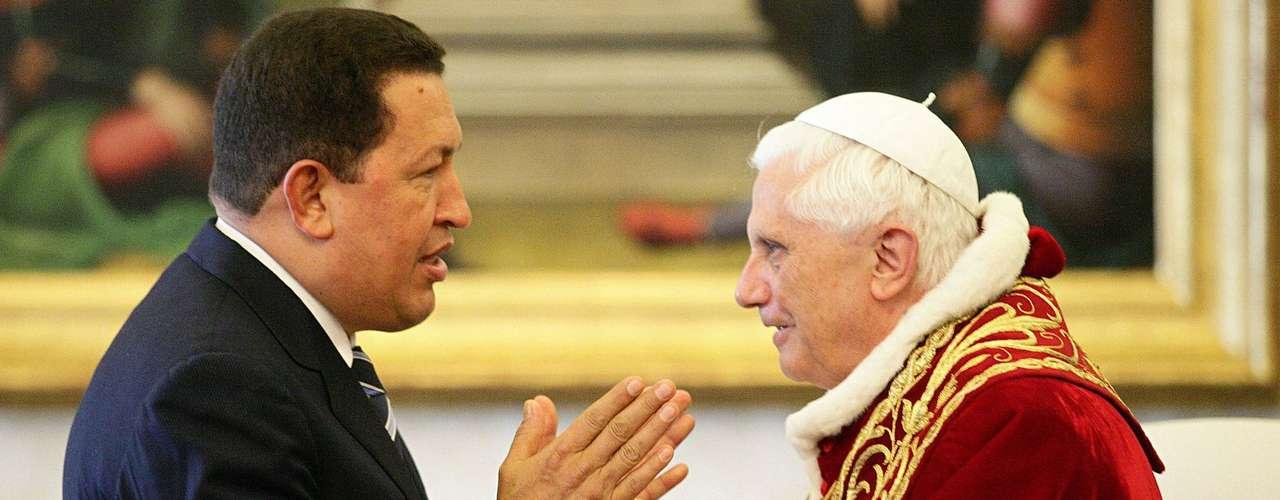 Hugo Chávez conversa con el papa Benedicto XVI en el año 2006