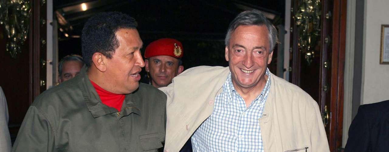 A las 16:25 de este 5 de marzo del 2013, a los 58 años, murió el presidente reelecto de Venezuela, Hugo Chávez Frías. Su estado de salud se agravó en las últimas horas, y bajó los brazos en su lucha con el cáncer. Chávez ha sido durante sus presidencias un aliado estratégico de Argentina, y la misma Cristina Fernández de Kirchner se refería a él como a un gran amigo. Hay sido numerosos los convenios económicos firmados entre ambos países, y el bolivariano junto a Néstor Kirchner primero y a Cristina después ha sido uno de los impulsores de la unión latinoamericana a través de acuerdos en el económico y por medio de organizaciones en lo político, como la UNASUR. Sin dudas que el petróleo de Venezuela fue una de claves de la buena relación con Argentina, pero lo económico fue desbordado por la amistad que construyeron Chávez y Cristina.