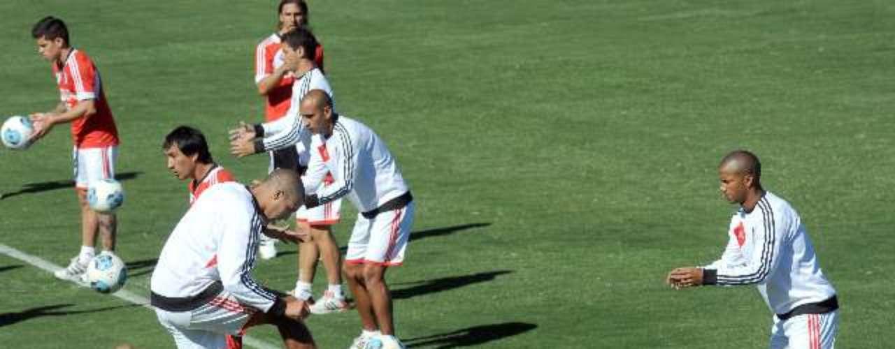 River se entrenó el martes por la mañana en el predio de Ezeiza, donde los jugadores realizaron ejercicios de musculación. Al finalizar la práctica, Ramón Díaz y su hijo Emiliano charlaron a David Trezeguet y Leo Ponzio sobre el presente del equipo.