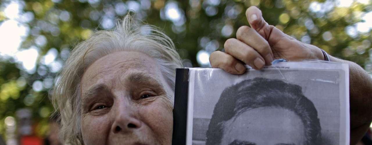 Publicado el libro, Videla dijo que su confesión fue malinterpretada, pero Reato, quien no pudo ingresar a la celda con grabador, dijo que los apuntes fueron leídos y avalados por el entrevistado antes de su publicación. Durante la dictadura, miles de madres salieron a las calles para pedir por el paradero de sus hijos, desaparecidos por los militares.