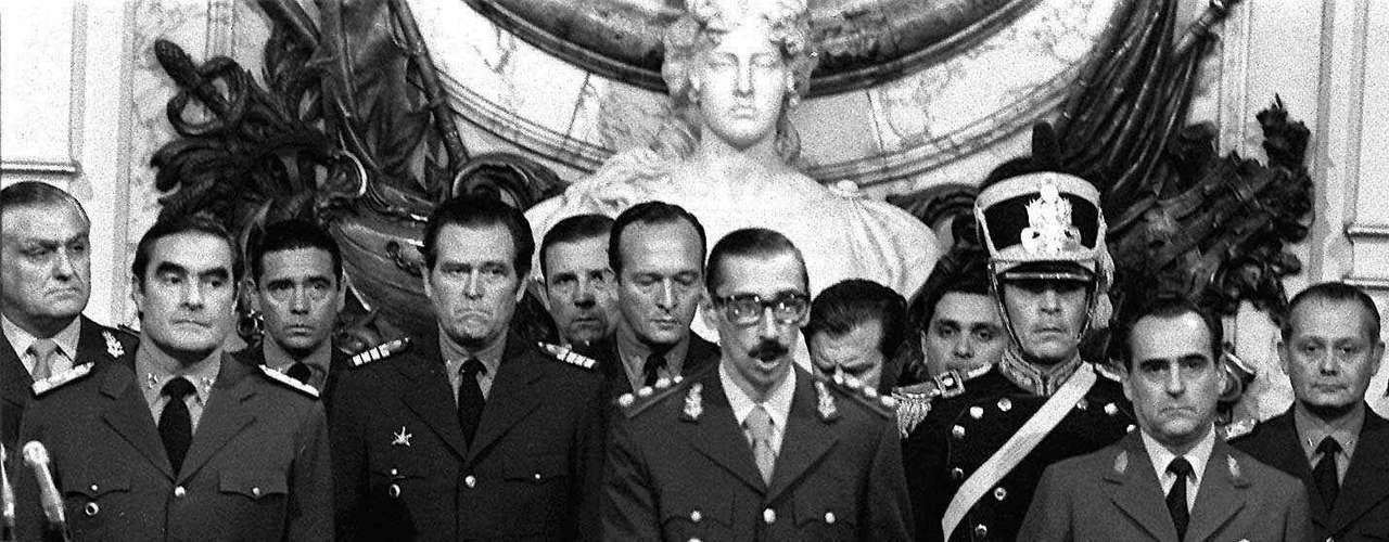 Ahora el excomandante en jefe de las Fuerzas Armadas vuelve al banquillo acusado por el Plan Cóndor de represión en Sudamérica en los años 70, delante de jueces civiles ante los cuales suele plantarse erguido con la pose marcial típica de un general de la antigua educación prusiana del ejército argentino.