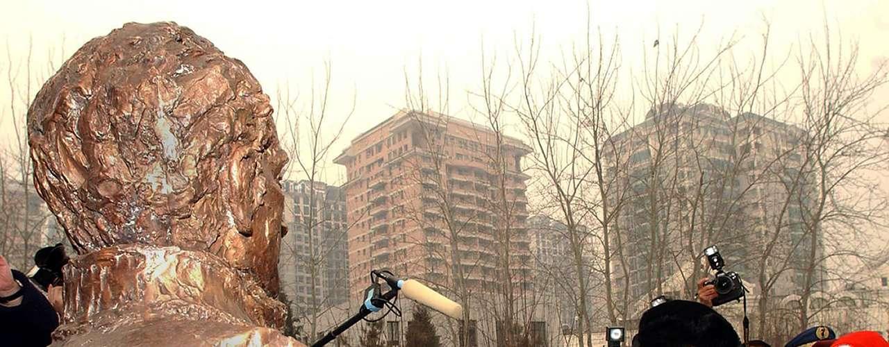 El presidente de Venezuela aplaude el busto de su héroe durante la inauguración realizada en 2004 en Pekín, China. Las victorias de Simón Bolívar sobre los españoles llevaron a la independencia de Bolivia, Panamá, Colombia, Ecuador, Perú y Venezuela.