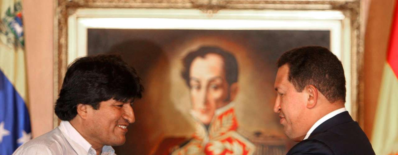 Chávez entrega una espada ceremonial al presidente de Bolivia Evo Morales en 2006, frente a un cuadro que retrata a Simón Bolívar.