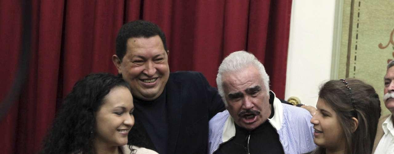 Rosinés Chávez (derecha), hija del matrimonio con Marisabel Rodríguez acompañaba a su padre en actos políticos, auque no con la misma frecuencia que sus hijas mayores. Ayer agradeció a René del dúo Calle 13 su solidaridad con su dolor y el de su familia. A pesar del amor entre padre hija su niña más pequeña le causó un \