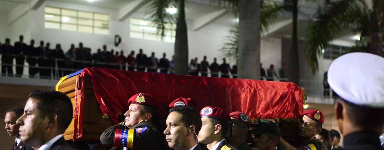 El ataúd con el cuerpo del presidente venezolano Hugo Chávez llega a un salón de la Academia Militar, en Caracas, el miércoles 6 de marzo de 2013. El velorio del mandatario durará tres días y Venezuela decretó siete días de luto nacional. (Foto AP/Palacio Presidencial de Miraflores)