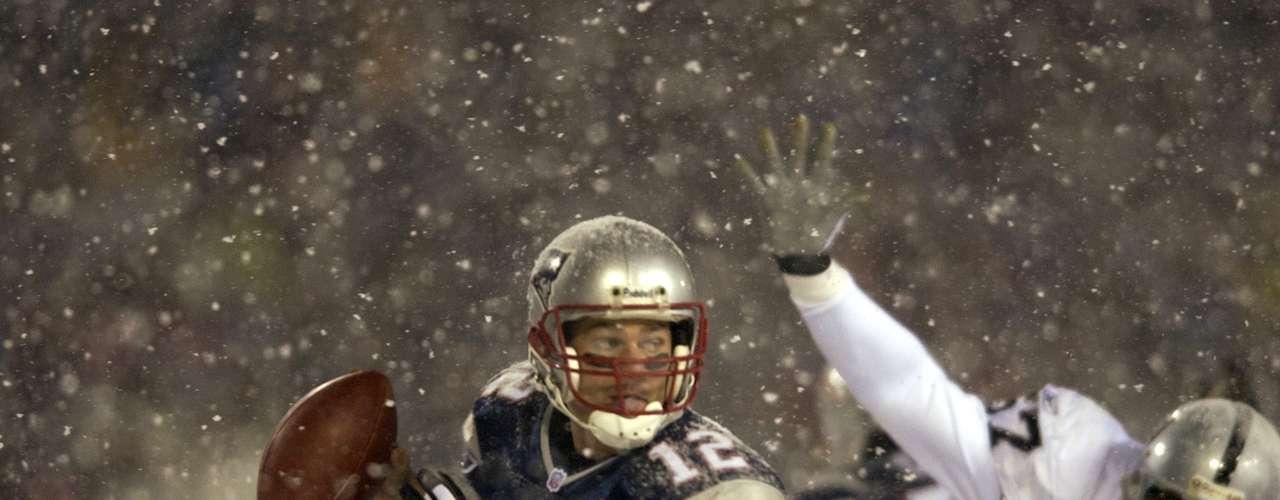 El partido entre los Patriots y los Raiders bajo la nieve: El 19 de enero de 2002, con dos minutos por jugar en juego divisional de la AFC, los Raiders ganaban 13-10 a Patriots en Foxboro. En una jugada, Tom Brady intenta un pase, pero es detenido por Charles Woodson y se provoca un balón suelto que recuperan los Raiders.