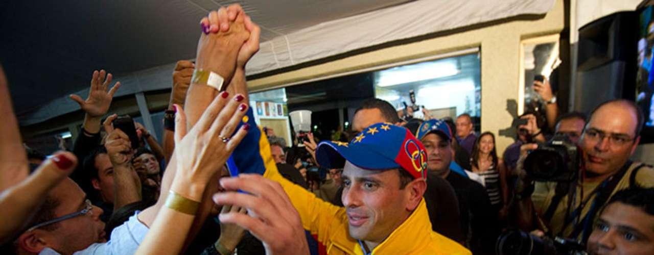 Capriles es abogado titulado por la Universidad Católica Andrés Bello, con especializaciones en derecho económico y derecho tributario. Además amplió sus estudios en el extranjero, como Holanda, Italia y Estados Unidos.