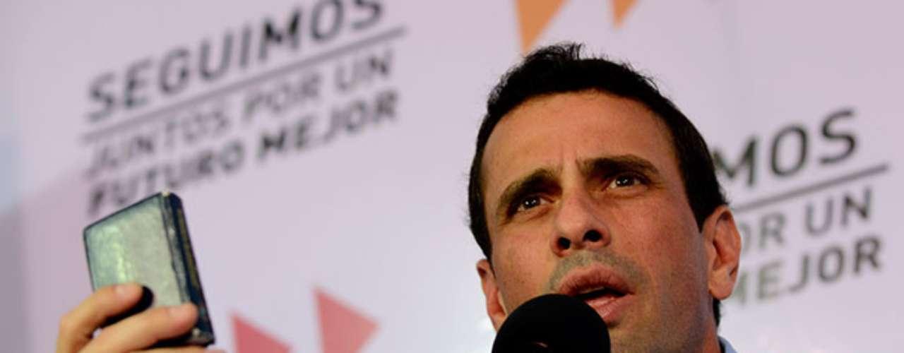En 2008 resultó electo como gobernador del estado de Mirando, pero dejó el cargo en junio del 2012 para contender por la presidencia de Venezuela contra Hugo Chávez; Capriles consiguió en esa elección el 45% de los votos totales, un derrota muy cerrada para el férreo opositor del chavismo.