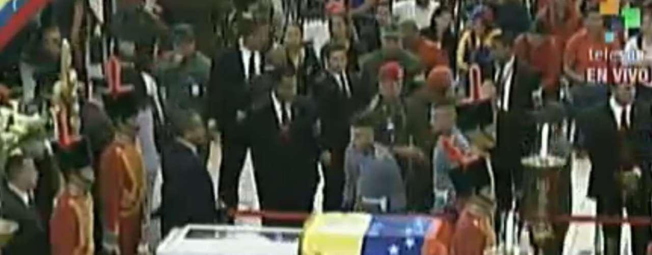 Esta imagen tomada de la transmisión de Telesur muestra el féretro del presidente venezolano Hugo Chávez, durante la ceremonia en que se le rindieron honores en la Academia Miliar en Caracas, el miércoles 6 de marzo de 2013 (AP Foto/Telesur)