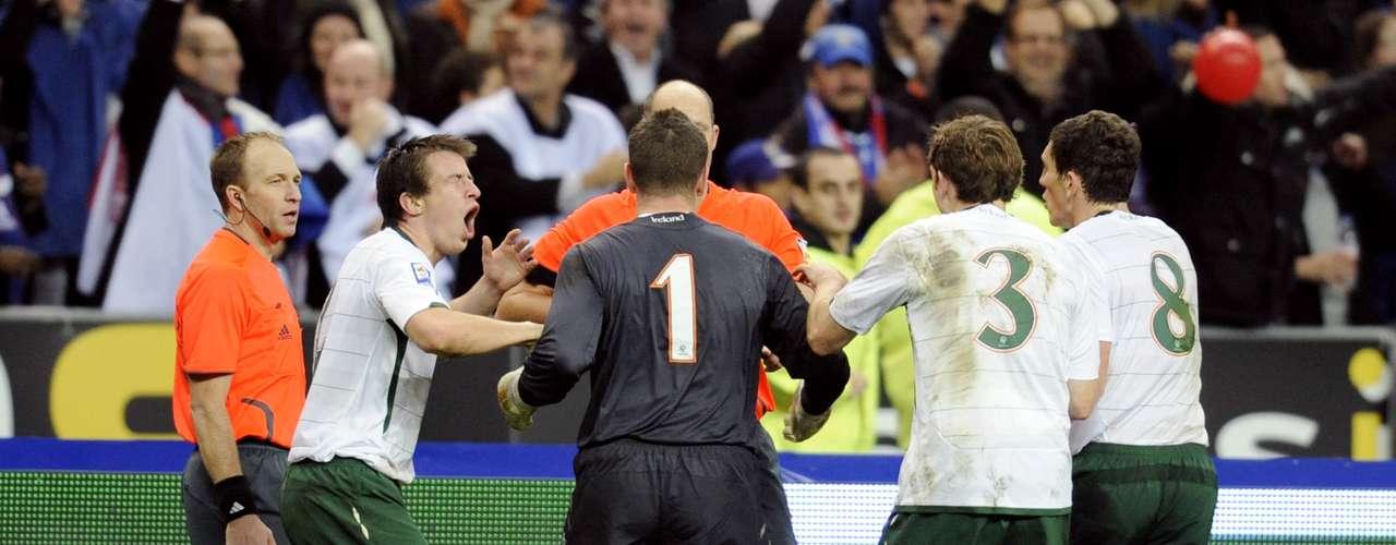 Aunque el gol era evidentemente inválido, el árbitro y el juez de línea no vieron la infracción, por lo que lo validaron, generando la celebración de los franceses y las protestas de los irlandeses, incluido el técnico Giovanni Trapattoni. Sin embargo, los árbitros no cambiaron de parecer, y le dieron el gol y la clasificación a Francia.