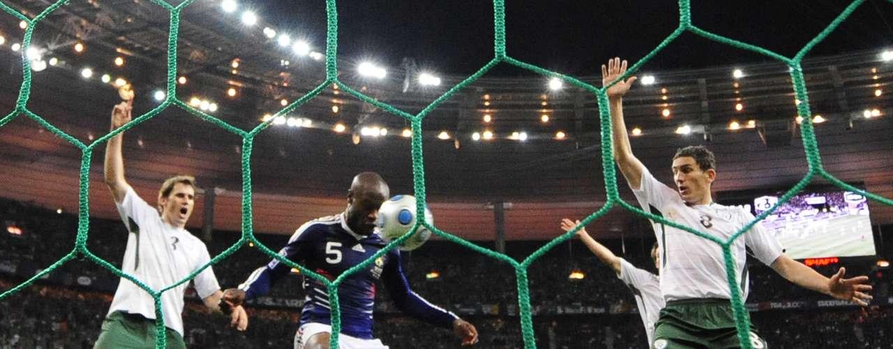El repechaje entre Francia e Irlanda en 2009: El 18 de noviembre de 2009, en el partido de vuelta del repechaje entre Francia e Irlanda para el mundial de Sudáfrica 2010, en tiempo extra, con empate global, el delantero Thierry Henry bajó el balón con la mano, para que William Gallas lo recibiera y marcara el gol que a la postre eliminaría a Irlanda en su sueño de calificar al Mundial 2010.