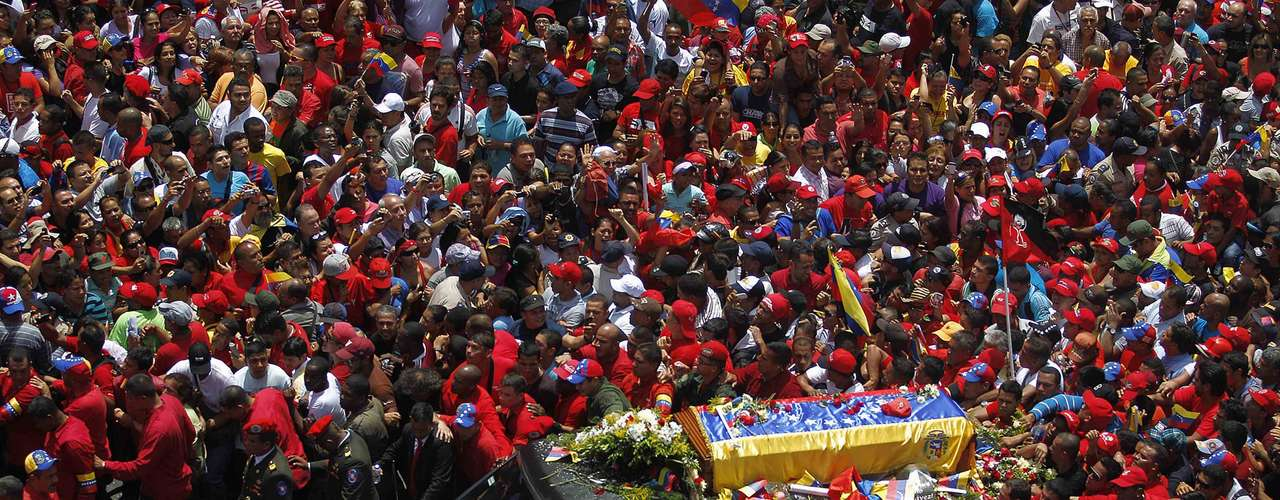 The coffin of Venezuela's late President Hugo Chavez is driven through the streets of Caracas after leaving the military hospital where he died of cancer in Caracas, March 6, 2013. Chavez died on Tuesday, and authorities have not yet said where he will be buried after his state funeral on Friday.  REUTERS/Jorge Dan Lopez (VENEZUELA - Tags: POLITICS OBITUARY