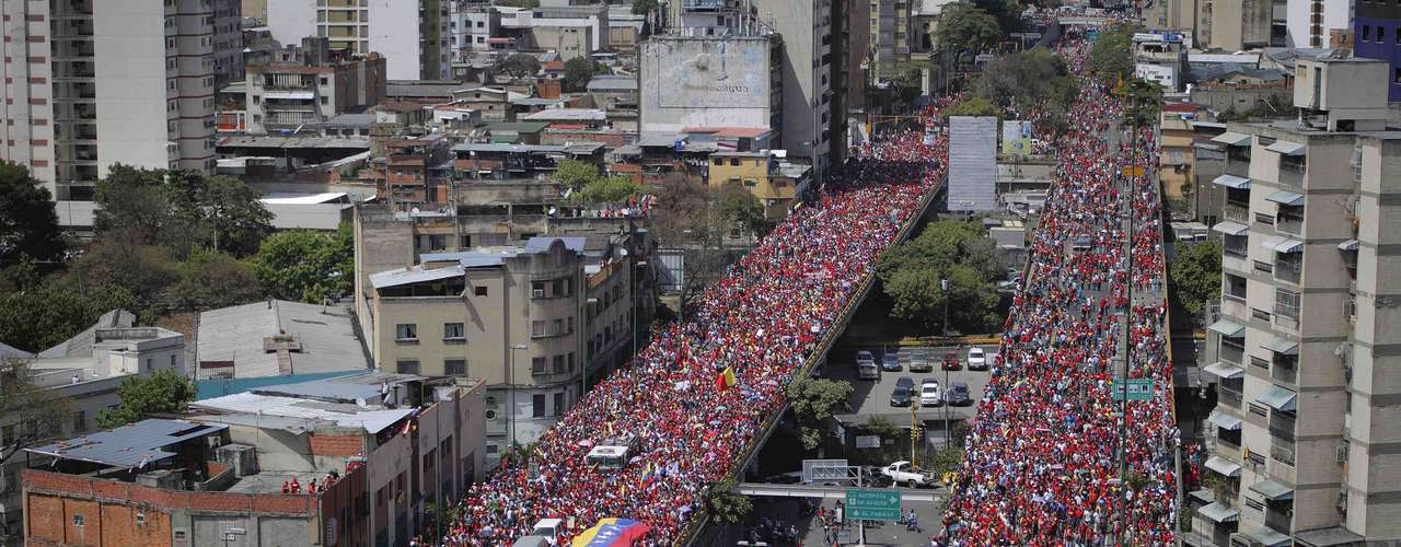 The coffin of Venezuela's late President Hugo Chavez is driven through the streets of Caracas after leaving the military hospital where he died of cancer, in Caracas, March 6, 2013. Authorities have not yet said where Chavez will be buried after his state funeral on Friday. REUTERS/Marco Bello (VENEZUELA - Tags: POLITICS OBITUARY CITYSCAPE)
