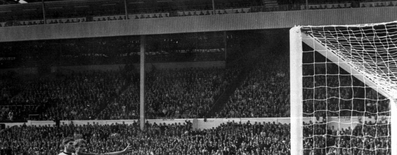 La Final de Inglaterra 1966 entre Alemania e Inglaterra: El 30 de julio de 1966, 44 años antes de que favorecieran a los alemanes en Sudáfrica 2010, los que salieron beneficiados con las decisiones de los árbitros fueron los ingleses. En la final del Mundial Inglaterra 1966, donde los anfitriones, en el tiempo reglamentario, empataron a dos goles con Alemania y tuvieron que ir al tiempo extra.