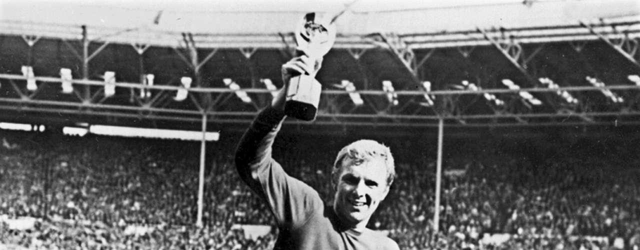 Fue en los suplementarios que Geoff Hurst anotó uno de los goles más polémicos en la historia de los Mundiales. El potente remate del inglés remeció el travesaño y no traspasó la línea del arco, pero el árbitro validó el gol. Luego, Inglaterra marcaría un cuarto tanto, que a la postrimería le daría el único título en una Copa del Mundo a 'los leones'.