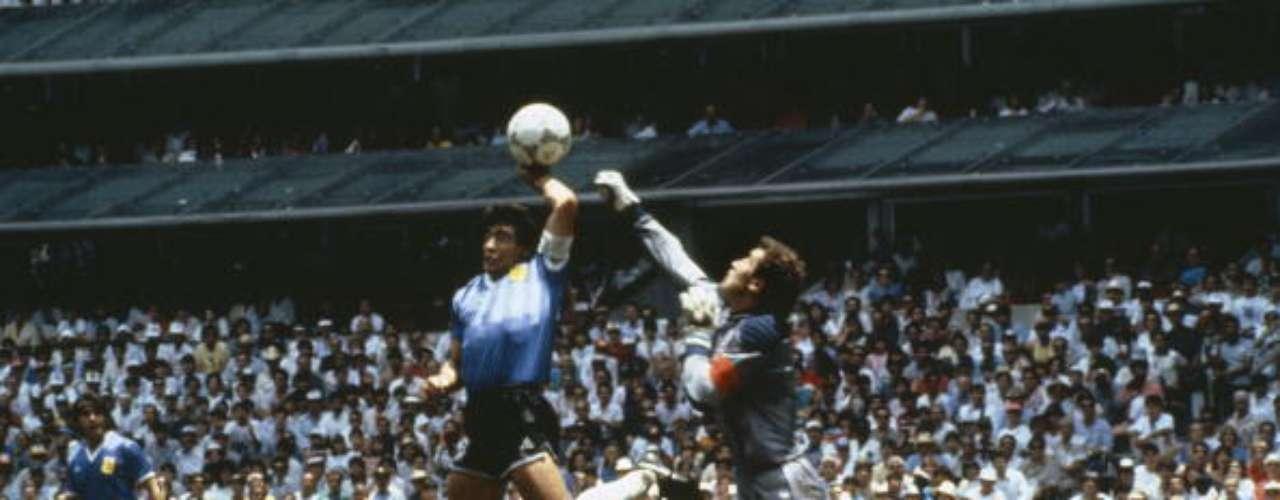 El árbitro Ali Bennaceur, de Túnez, cobró el gol, pero tras los reclamos de los jugadores británicos pidió consejo a su segundo abanderado, quien convalidó el tanto ante los reclamos del portero Peter Shilton, que era 20 centímetros más alto que Maradona. Argentina vencería 2-1 a Inglaterra y, a la postre, ganaría la final del torneo.