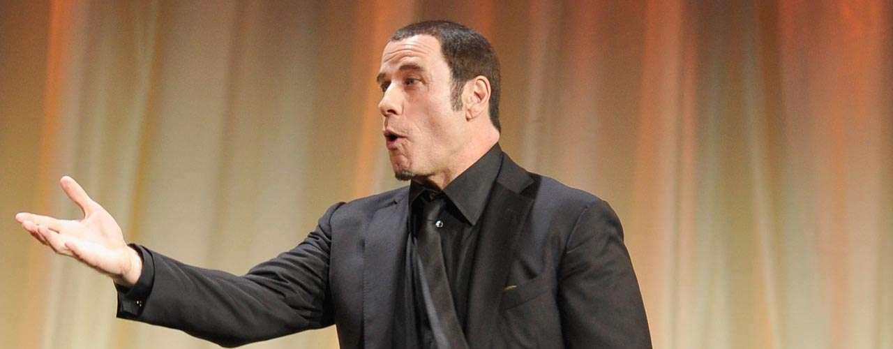 John Travolta: el famoso actor hollywoodense enfrentó tres acusaciones de haber ofrecido dinero a masajistas hombres para que mantuviera relaciones sexuales con él. Los rumores sobre su sexualidad se dispararon, afirmando incluso un posible divorcio de Kelly Preston. Luego del incidente, el actor mantuvo un bajo perfil profesional y personalmente por años.