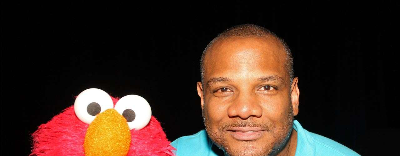 Kevin Clash: el famoso titiritero de 'Elmo', uno de los 'Muppets' más queridos, fue acusado de abuso a menores. Clash tuvo que renunciar a su empleo por las múltiples demandas que se presentaron en su contra.