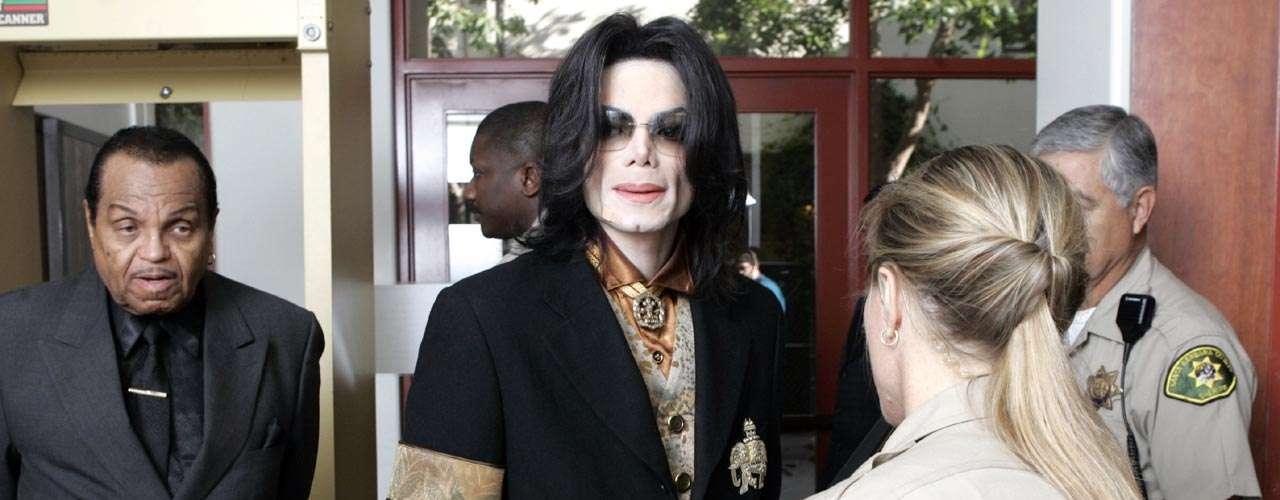 Michael Jackson: el fallecido Rey del Pop no la pasó tan bien tras las acusaciones de abuso a menores de edad. El cantante fue perseguido por su extraña manera de ser y su fascinación por los niños. Trassu muerte, varias victimas admitieron que inventaron el abuso para extorsionar al cantante, peroexiste aún la duda sobre su la culpabilidad o inocencia del intérprete de 'Bad' y 'Thriller'.