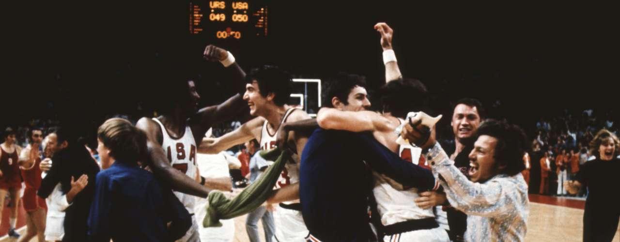 La final de baloncesto de los Juegos Olímpicos de Múnich 1972: El 9 de septiembre de 1972, en la final del baloncesto de los Juegos Olímpicos de Munich, Estados Unidos sufrió su primera derrota por 51-50 ante la Unión Soviética. Los estadounidenses se colocaron al frente en el marcador por 49-48 con tres segundos por jugar, pero un supuesto tiempo fuera de los soviéticos, validado por los jueces, le permitió a los segundos ganar la medalla de oro.