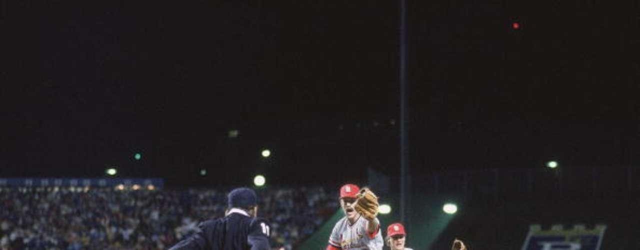 """El árbitro de primera base Don Denkinger marcó safe y desató un rally de dos carreras para ganar el juego. Al día siguiente, Kansas City ganaría el """"Clásico de Otoño"""", con una paliza de 11-0 sobre San Luis."""