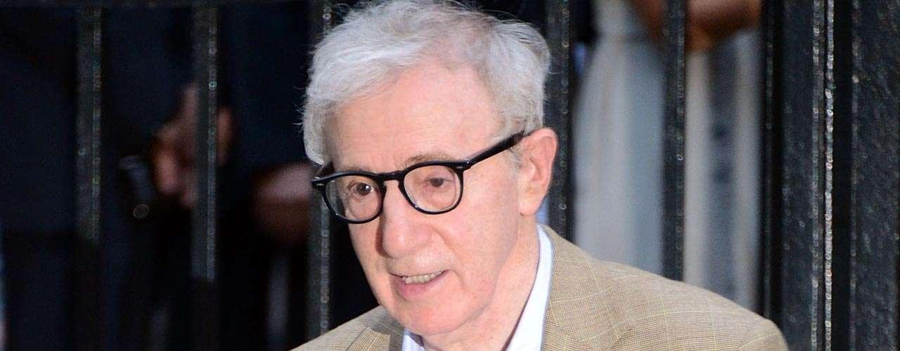 Woody Allen: el director neoyorquino destruyó su matrimonio con Mia Farrow cuando la actriz descubrió que guardaba fotografías íntimas de una de sus hijas adoptivas, Soon-Yi. Posteriormente, el cineasta se casó con la joven, 34 menor que él, avivandoaún más el escándalo.