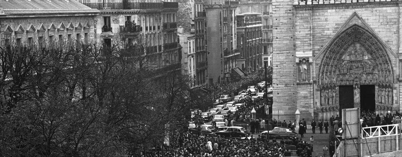 Multitud de personas se reúnen en torno a la catedral de Notre Dame, en París, para el velorio del presidente francés Charles de Gaulle, el 12 de noviembre de 1970. Cientos de miles de personas asistieron al funeral del líder que llevó a Francia durante y después de la Segunda Guerra Mundial. La mayor movilización de este tipo para un líder político de la historia del país
