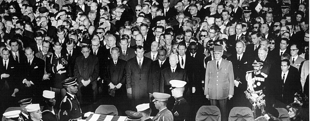 La mayor aglomeración para un funeral de un presidente estadounidense reciente sucedió para la despedida de John F. Kennedy, en noviembre de 1963. Se estima que al menos 300 mil personas asistieron a la procesión fúnebre y 250 mil hicieron fila para ver el cuerpo. Al igual que Chávez, se cree que la gente llegó a esperar más de 10 horas para decir adiós a Kennedy, quien fue asesinado cuando ocupaba la Casa Blanca
